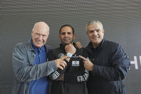 Hublot Chairman of the board of directors and LVMH Moet Hennessy Group President Jean-Claude Beaver (left), Panthers White Tiger Foundation CEO Eduardo? Guadalupu (right), the common opening of the Big Bang Panthers White Tiger limited edition watch